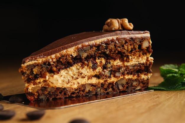 Кусочек шоколадного торта с грецкими орехами