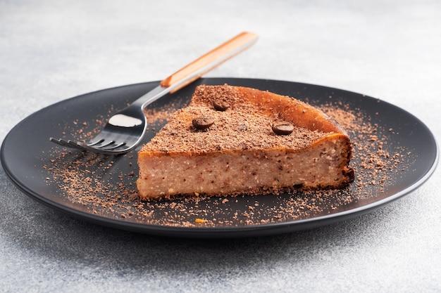 プレート上のチョコレートカードキャセロールのスライス、チョコレートとコーヒーのケーキの一部。