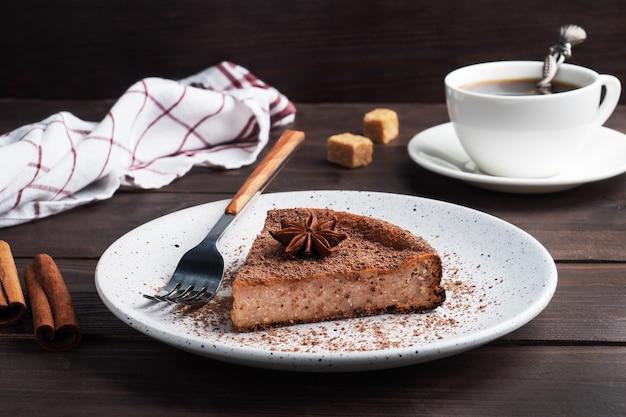 プレート上のチョコレート豆腐キャセロールのスライス、チョコレートとコーヒーのケーキの一部