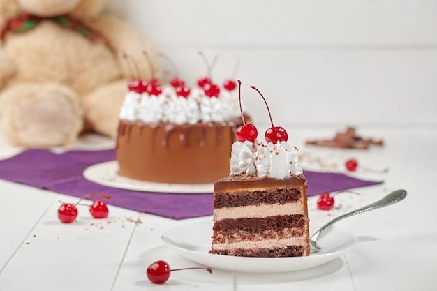 カスタードとチェリーのチョコレートスポンジケーキのスライス
