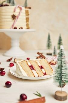 접시에 크리스마스 케이크의 슬라이스