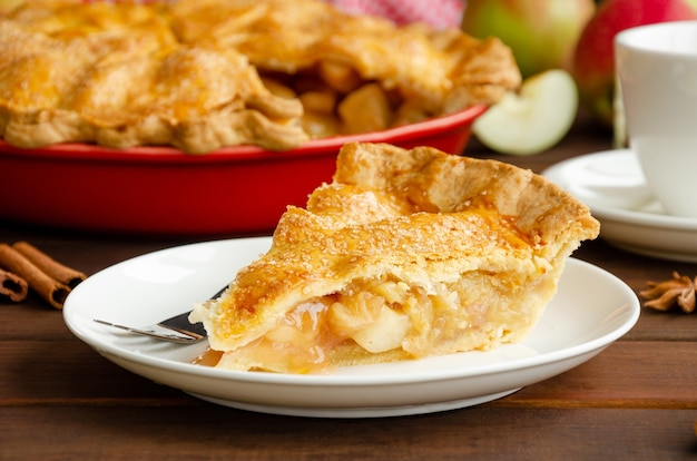 シナモンと古典的なアメリカンアップルパイのスライス