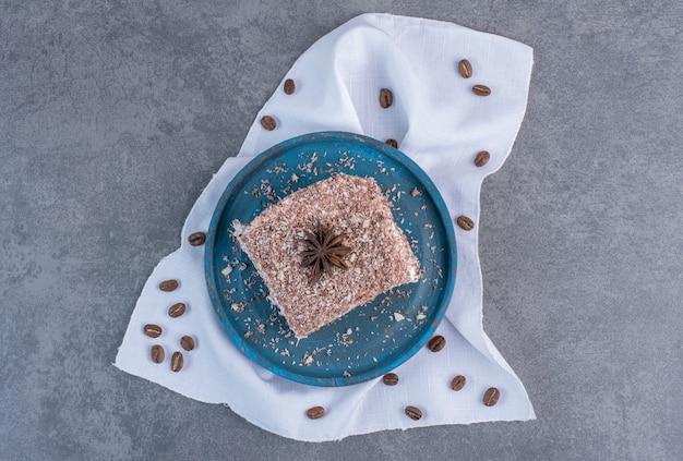 파란색 접시에 코코아 케이크의 조각입니다.