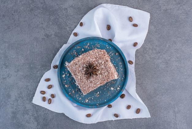 Кусочек торта какао на синей тарелке.