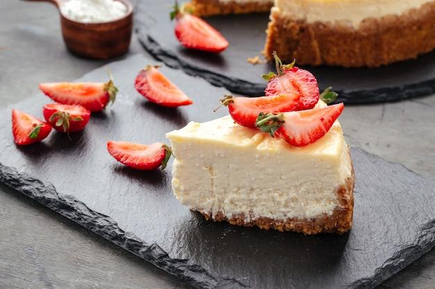 イチゴで飾られた豆腐チーズケーキのスライス