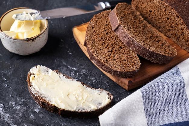 暗いパンとバターのスライス。