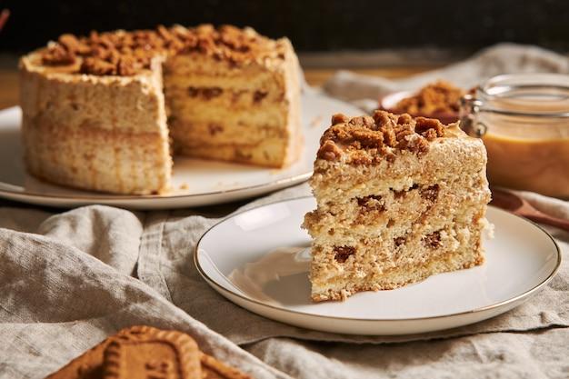 Кусочек вкусного торта с печеньем из лотоса с карамелью и печеньем