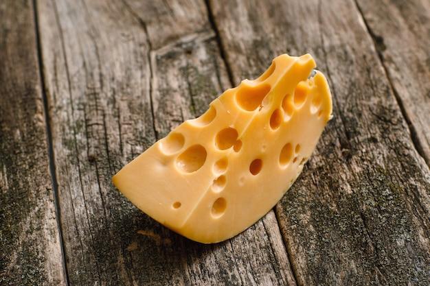 古い木の表面にフレッシュチーズのスライス