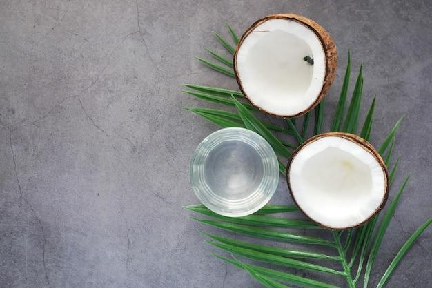 테이블에 신선한 코코넛 조각과 코코넛 물 한 잔