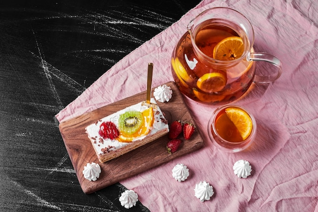 木製の大皿にフルーツケーキのスライス。