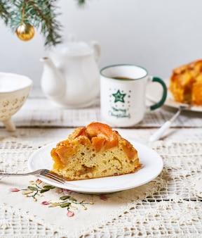フルーツパウンドケーキ、ティーマグ、クリスマスツリーの枝のスライス