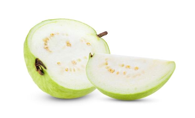 白で分離されたグアバ果実のスライス