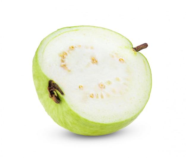 白い壁にグアバ果実のスライス。