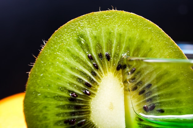 ジューシーな熟した緑のキウイのスライス