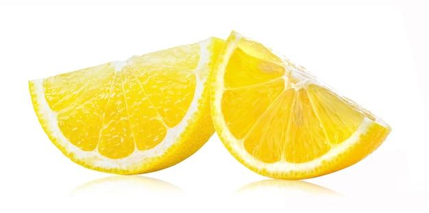 白い表面に分離されたレモン果実のスライス