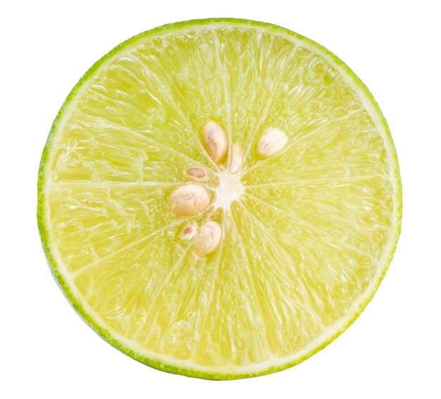 白い背景に分離されたライムのスライス、クリッピングパスと、白い背景にレモンフルーツ。
