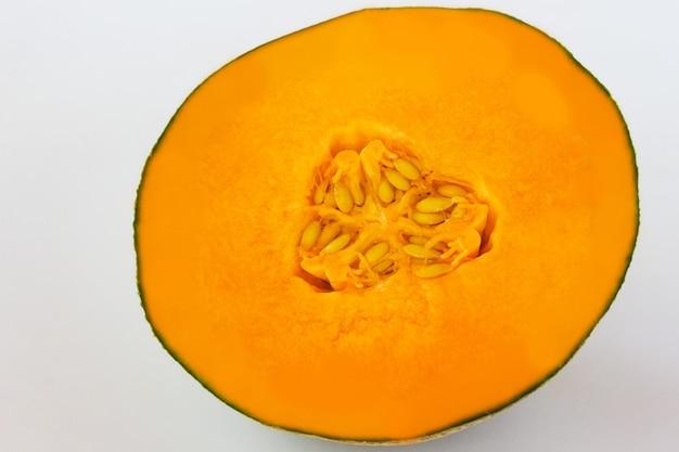 種子とオレンジ色のカボチャのスライス。上面図。閉じる