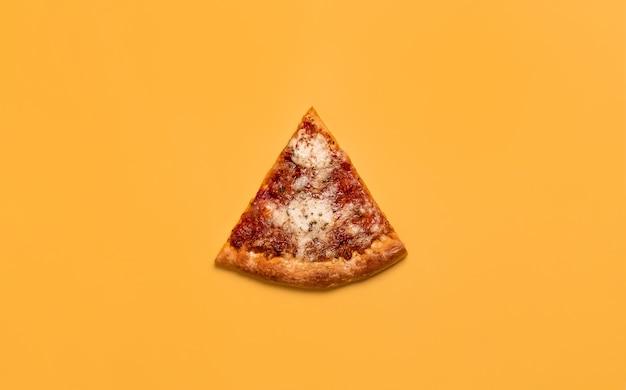 치즈와 토마토 소스를 곁들인 피자 조각.