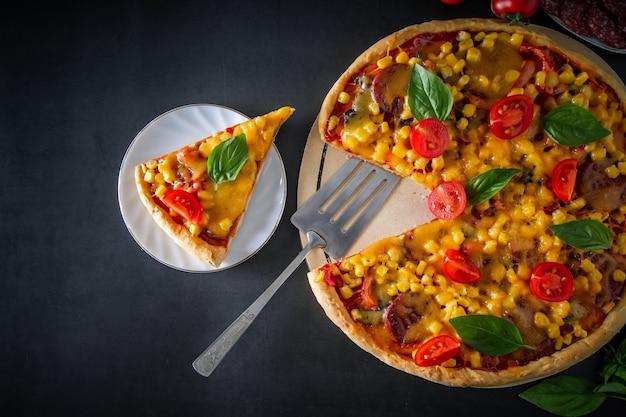 블랙에 토마토와 바질 피자 조각