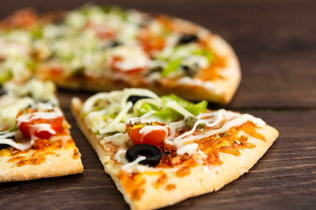 トッピングのピザのスライス