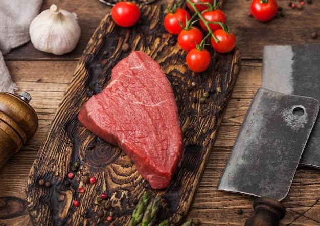 木製まな板に生の牛肉サーロインステーキのスライス