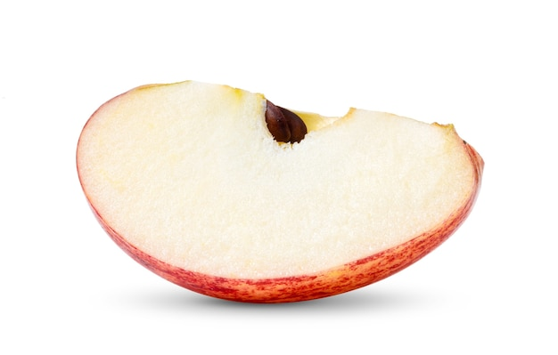 白い背景で隔離の種子のない赤いリンゴ果実のスライス