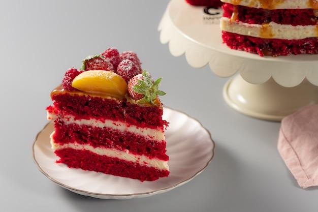 Кусок красного бархатного торта