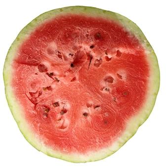 흰색 배경에 분리된 갈색 씨앗이 있는 잘 익은 붉은 수박 조각, 위쪽