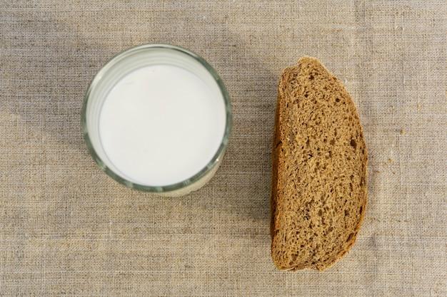 린넨 식탁보에 소박한 빵 한 조각과 우유 한 잔, 위쪽 전망