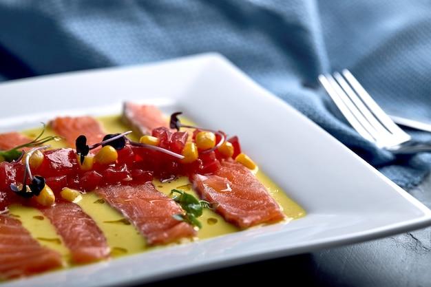 Кусочек лосося с перцем, морской солью, зеленью и оливковым маслом