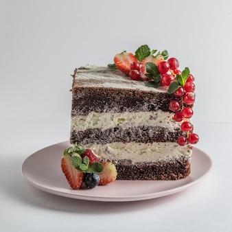 Кусочек бисквитного торта с фруктами