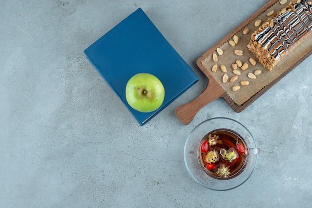 홍차와 사과를 곁들인 달콤한 케이크 한 조각. 고품질 사진