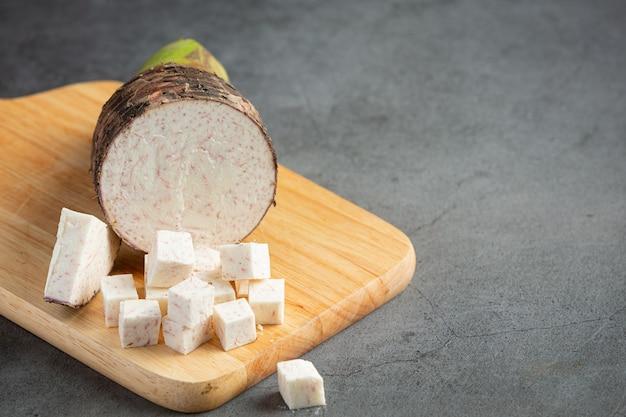 テーブルの上の里芋のスライス