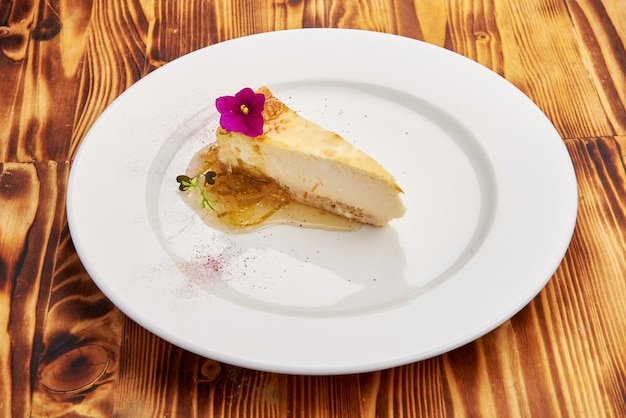 Кусочек вкусного торта на белой тарелке
