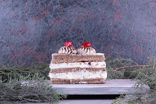 나무 보드에 맛있는 케이크의 조각입니다. 고품질 사진