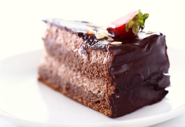 上にイチゴのおいしいチョコレートケーキのスライス