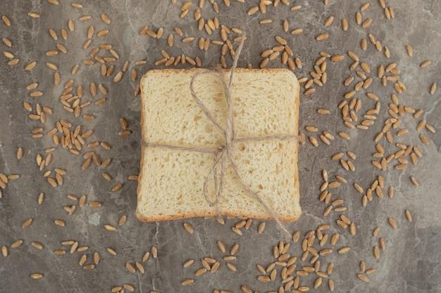 大理石の表面に大麦とトーストパンのスライス。高品質の写真