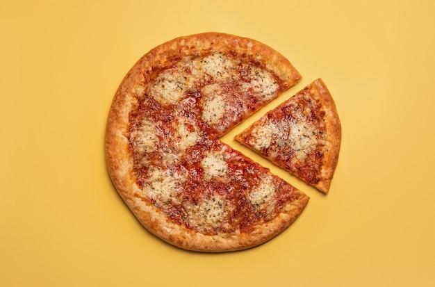 비건 치즈와 토마토 소스를 곁들인 채식 피자 조각