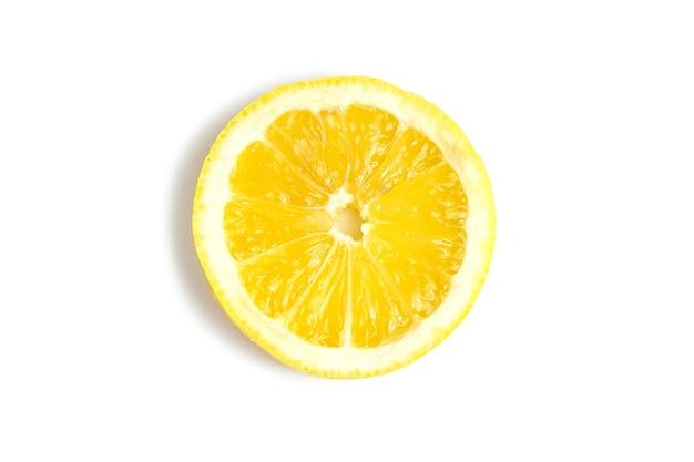 白で隔離される黄色の新鮮なレモンのスライス。美味しくてヘルシーな食べ物