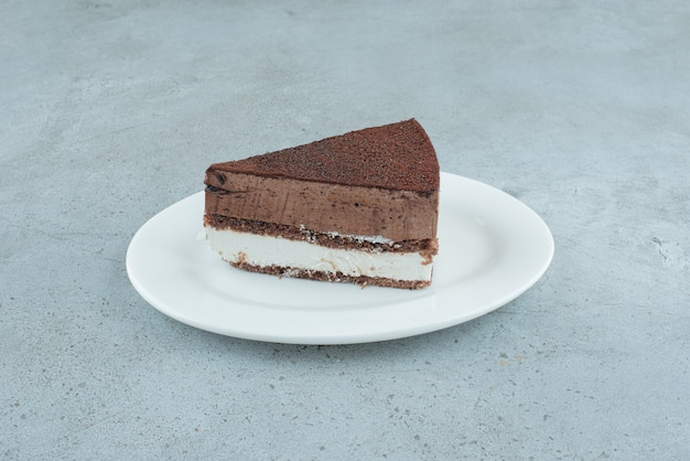 하얀 접시에 맛있는 케이크 한 조각. 고품질 사진
