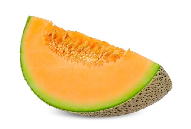 白で分離されたオレンジ色のメロンをスライスします。