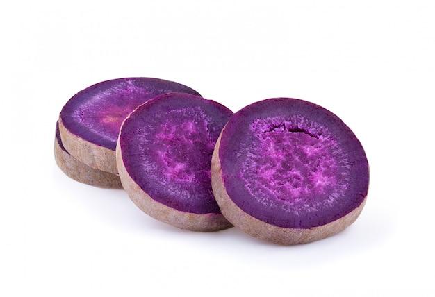 分離された白の紫ヤムをスライスします。