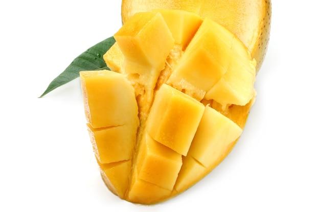 Ломтик спелого манго на белом фоне