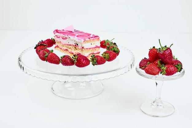 Una fetta di cheesecake alla fragola con frutta.