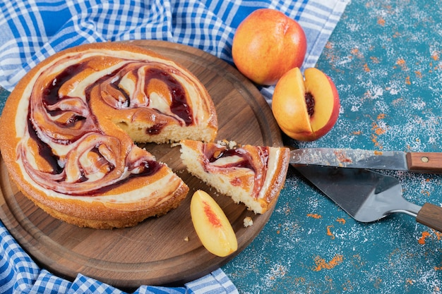 Una fetta di torta di fragole su tavola di legno.