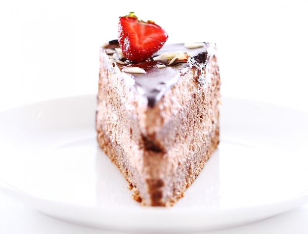 Fetta di gustosa torta al cioccolato con fragole in cima