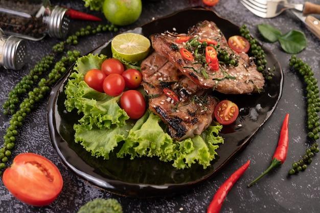 Нарезанный стейк из свинины с белым кунжутом и свежими семенами перца.