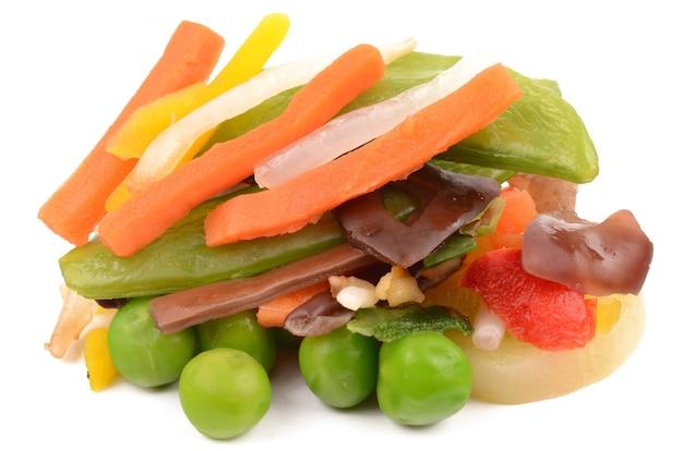 白い背景の上のスライスされた野菜