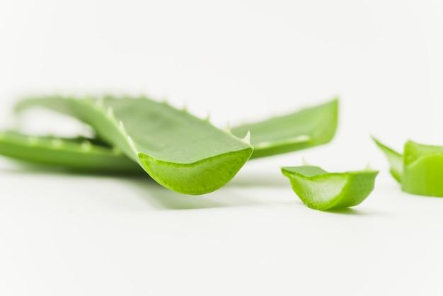 白い背景の上のアロエベラ自然有機再生化粧品のスライス