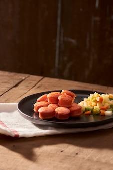 スライスして揚げたソーセージとサラダを上から見たところ